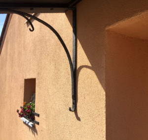 Striska-kovana-nad-vchod-a-okenni-ohradka