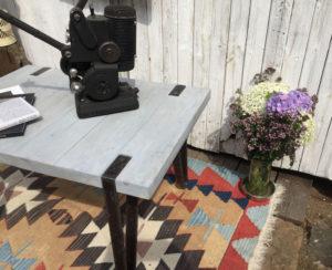 Designovy-dreveny-stolek