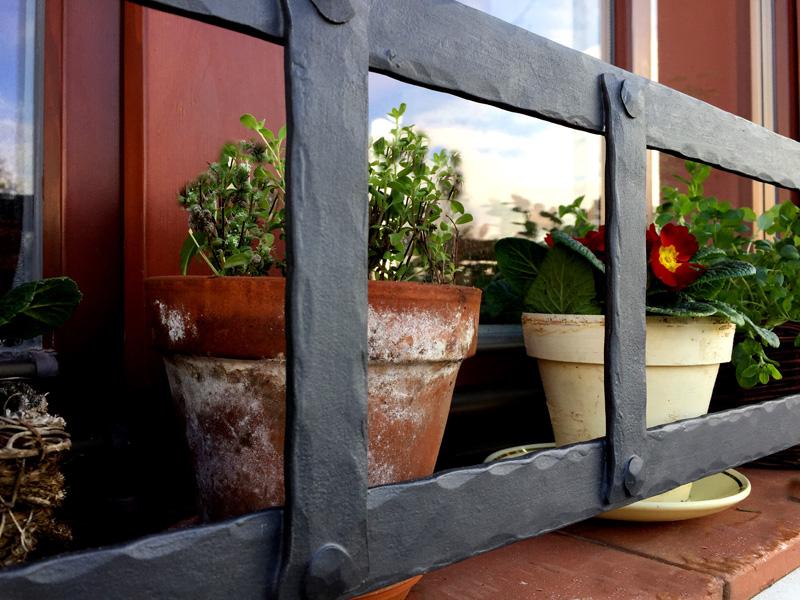 Kovana-designova-okenni-zabrana
