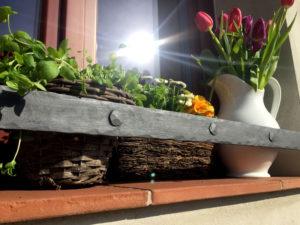 Okenni-zabrana-na-kvetinace-a-truhliky