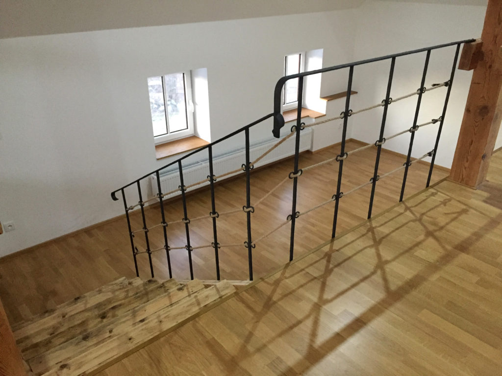Designove-drevene-schody-a-kovane-zabradli