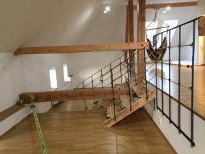Kovane-zabradli-drevene-schodiste