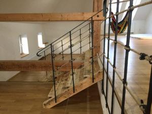 Drevene-schody-kovane-zabradli