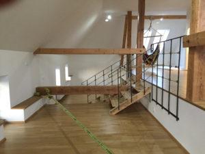 Designove-drevene-schody-kovane-zbradli