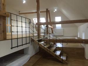 Zabradli-kovane-schody-drevene-designove