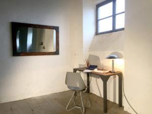 STul-pracovni-loftovy-a-zrcadlo